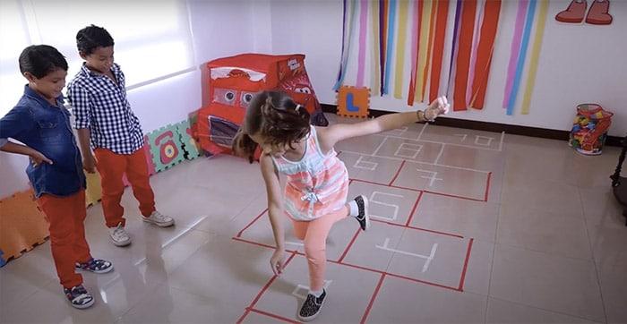 niños-jugando-rayuela