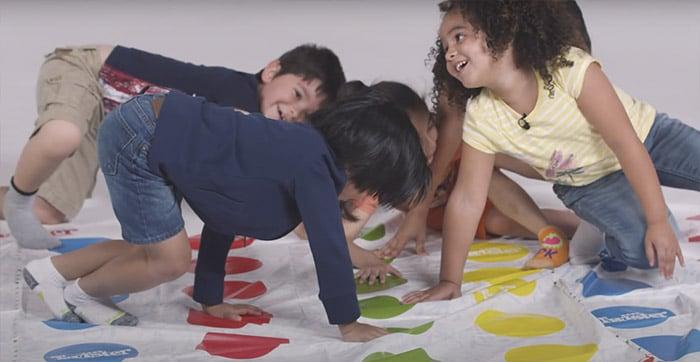 niños-jugando-twister